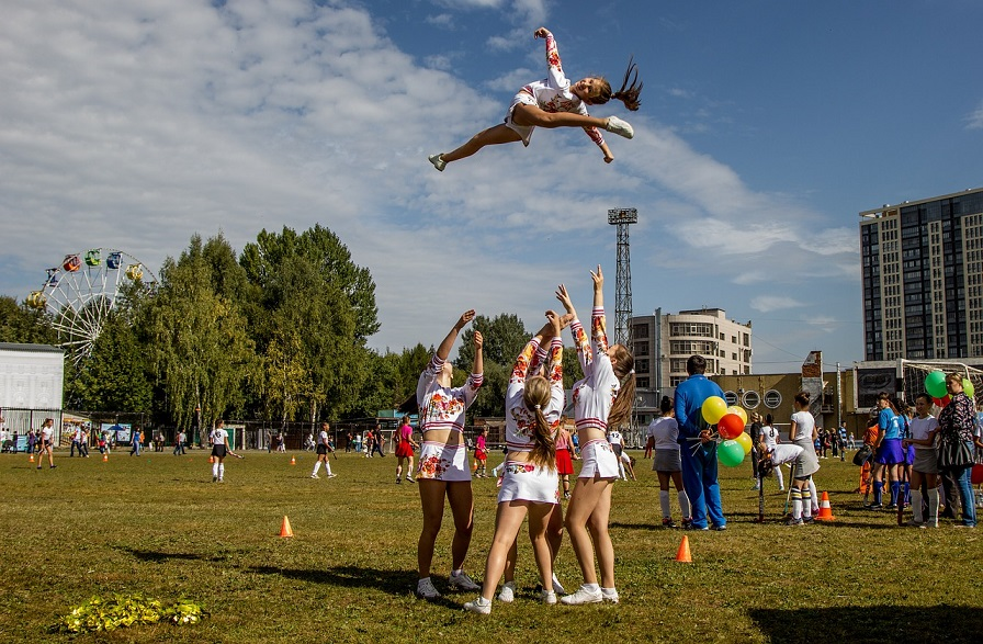 cheerleaders practice basket toss